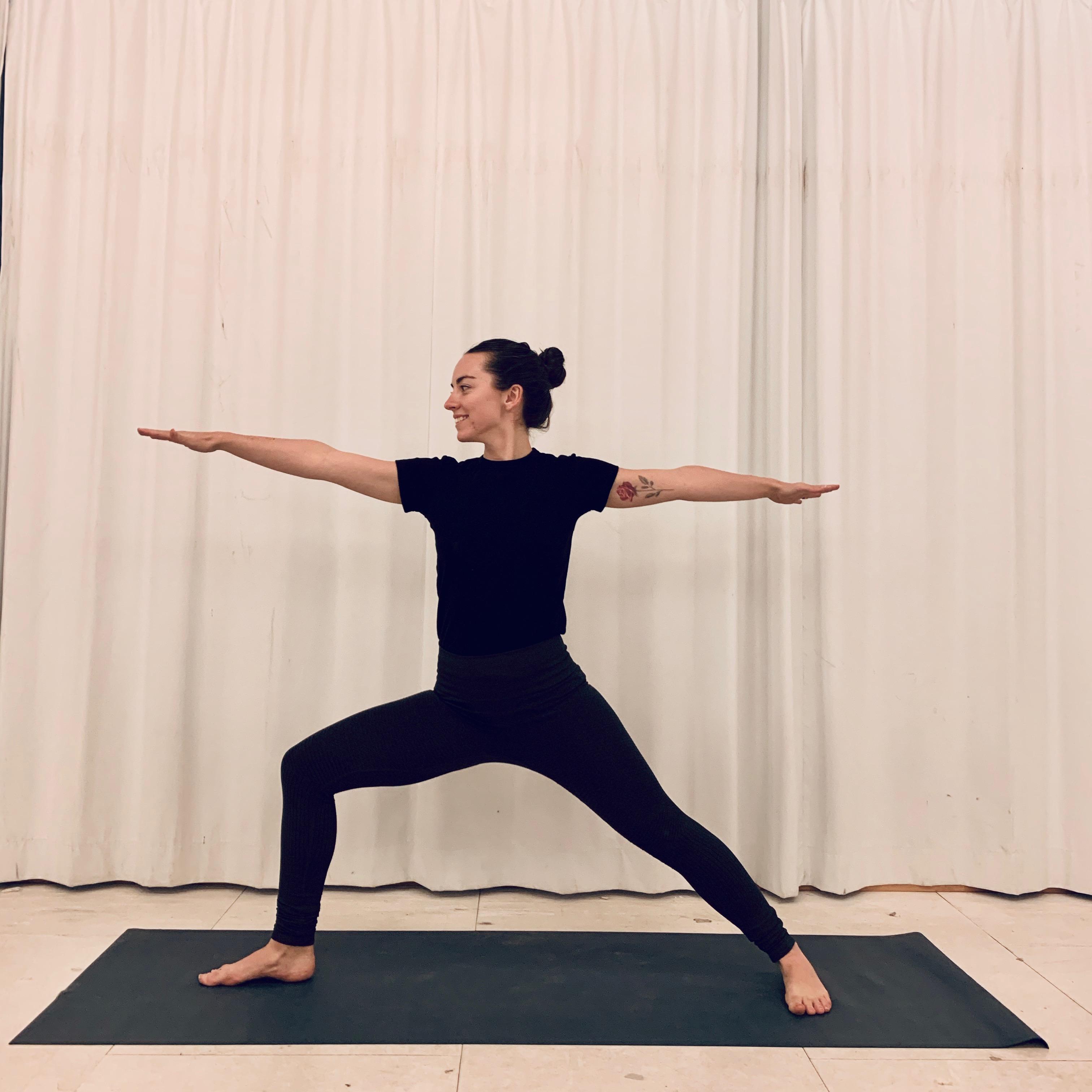 På billedet ses en af eleverne på yogauddannelsen i en yogaposition