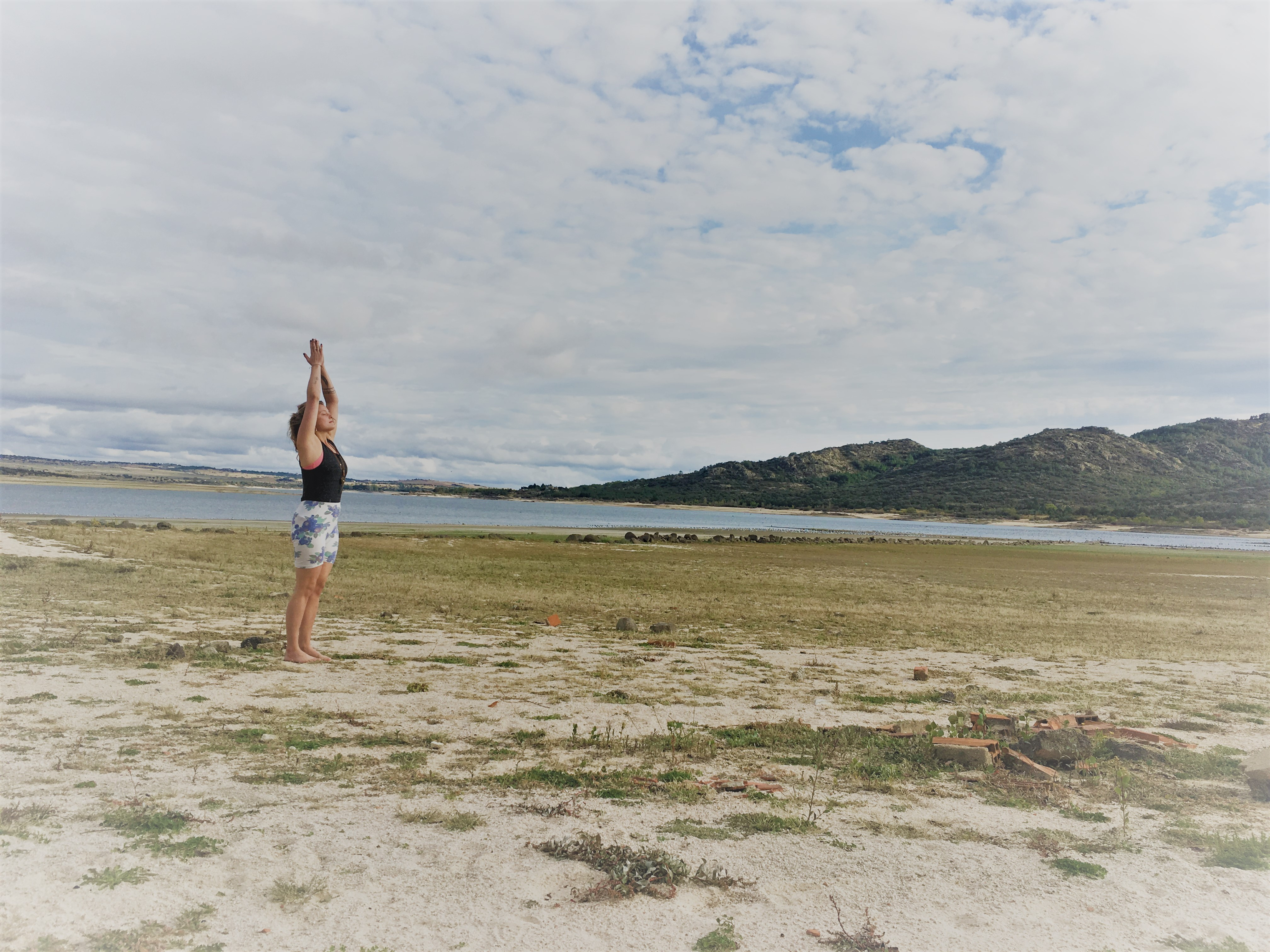 På billedet ses en af eleverne fra yogauddannelsen