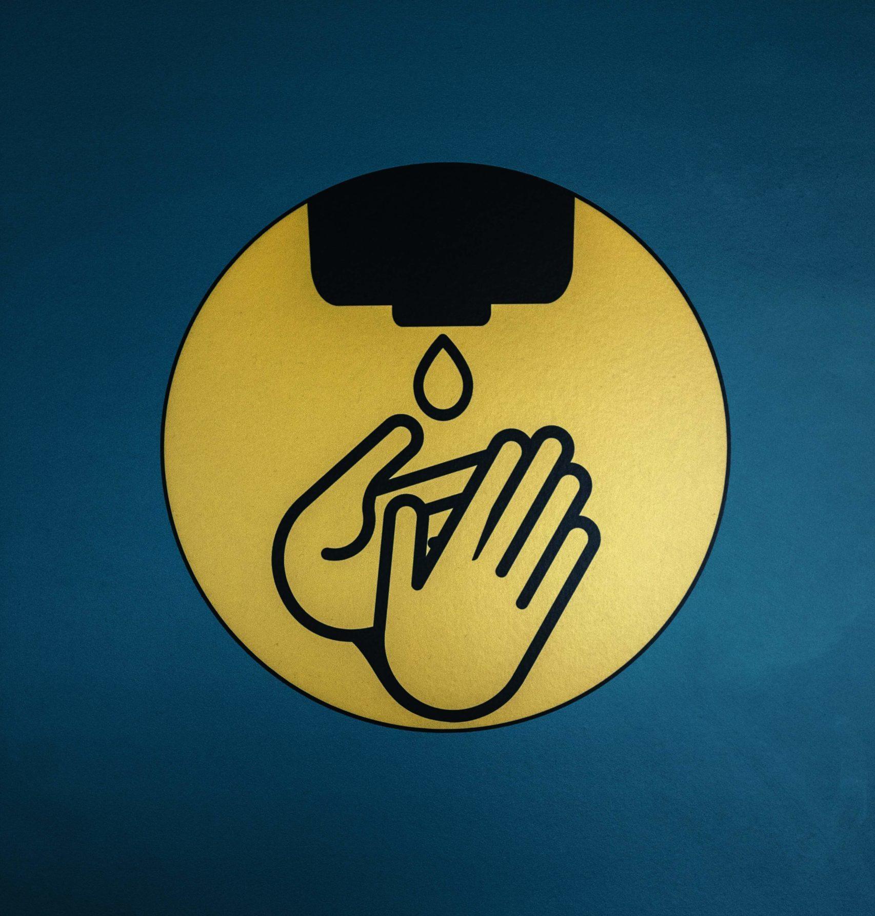 På billedet ses et symbol med to hænder, der spritter af